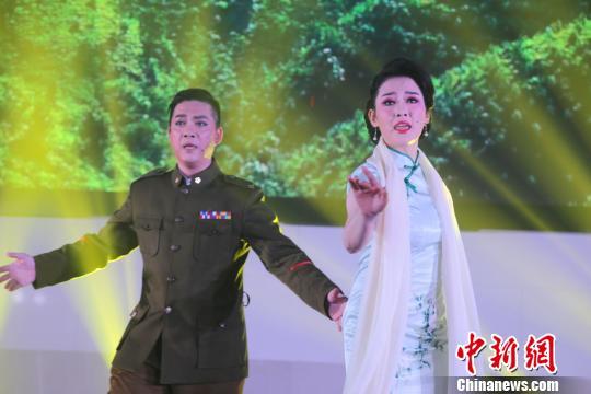 黄梅戏《将军玫瑰——孙立人》11日晚在安徽合肥首演 朱志恒 摄
