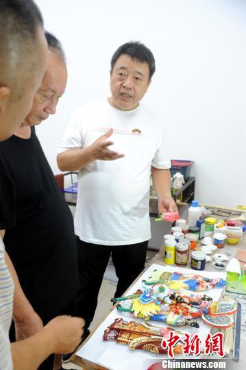 陈荣文(右)与漳州古厝研究专家学者交流。 张金川 摄
