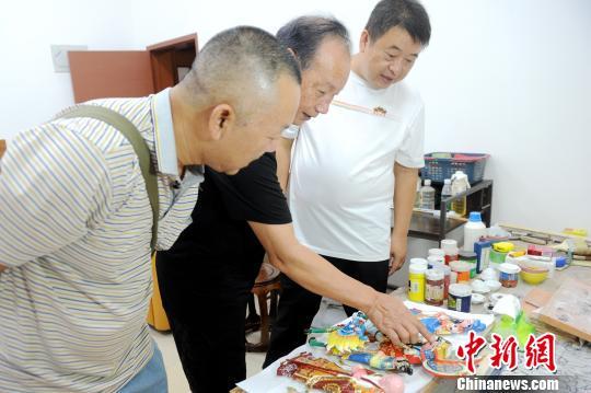 陈荣文(右一)与漳州古厝研究专家学者交流。 张金川 摄