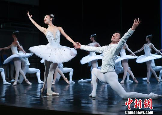 """芭蕾《珠宝》中的""""钻石""""选段 杜洋 摄"""