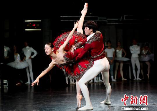 """芭蕾《堂·吉诃德》中的""""婚礼大双人舞""""选段 杜洋 摄"""